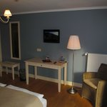 Pension Eifelland: Room with desk and TV