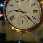 Reloj y termometro en la zona verde del hotel