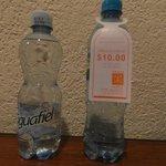 a la izquierda, el agua me costo 2.50 por 500 ml, a la derecha es de 600 ml y vean el precio.