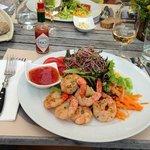 Grillierte Riesen Crevetten mit frischen Blattsalaten