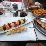 Brochettes de poissons et végétarienne + frites maison !