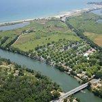Camping La Plage d'Argens, vue aérienne de l'Argens, du camping à 600m  de la mer méditerannée