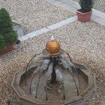 zicht op de fontein op de binnenkoer vanuit kamer 220 en 221