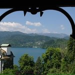 uitzicht vanaf het balkon op het meer van Bled