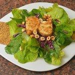 Salade du Bistrot: Queso de cabra horneado; arúgula y lechuga francesa, avellanas, vinagreta Dij
