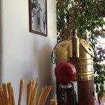 interno del locale con foto storiche