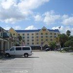 Frente do Hotel vista do centro comercial vizinho