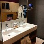 Badezimmer mit super Dusche um die Ecke