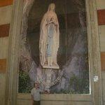 Fresque de Notre-Dame de Lourdes dans l'église Sainte-Bernadette en face de la Grotte
