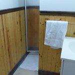 Salle de bain partagée à côté de la chambre #11