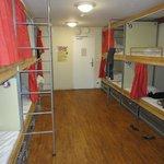 bien divididas las camas y los lockers (bajo las camas)