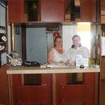 Хозяйка отеля с дочерью