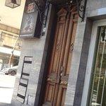 Fachada real do hotel, essa porta de madeira e não a esquina inteira como demostra a foto.
