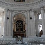 Die Kirche erstrahlt in weiss