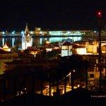 Vista nocturna da Sé da cidade e do cais do terraço da Residencial