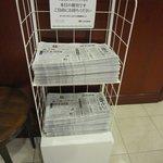 1Fエレベータ前にて朝刊無料サービス