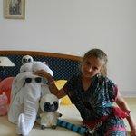 Огромному количеству игрушек нашлось место рядом со слоном из полотенец