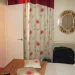 Blick aufs Bett und zur Badezimmertür von der Essecke