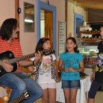 Bulend och hans döttrar sjunger efter middagen