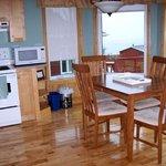 Une cuisine/salle à manger avec vue incroyable sur le fleuve.