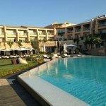 Pool mit Hotelansicht