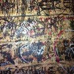 Le pareti piene di firme