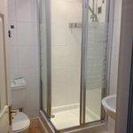 nice clean shower in room n.10