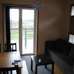 Lägenheten med matbord, bäddsoffa, PlattTV, inbyggdvåningsäng med fönster, fullt utrustad köksde