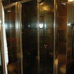 la salle de bain qui a une taille tout a fait raisonnable (attention la porte n'a pas de verrou