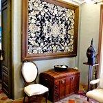 El saloncito entre las suites de Angel y de Sabine y su tapiz muleño