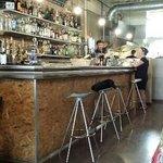 vue du bar et des cuisines en arriere plan