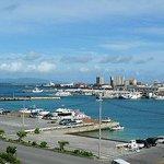 5階客室から離島ターミナル方面の景色。手前のボートはダイビングボートです。