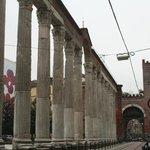 la vecchia porta medievale dalle colonne