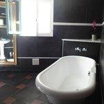 la vasca nel bagno nella camera blu