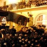 Particolare notturno della facciata dell'hotel
