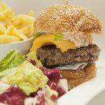 Cheeseburger Catalogne (180g), Accompagné de Frite et de Salade