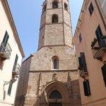 La torre in stile aragonese sul retro della Cattedrale
