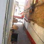 Entrada do Hostal, vista da janela do Quarto 2° andar, frente para rua.