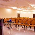 Salones para eventos con pantallas automatizadas, aire acondicionado, ayudas audiovisuales