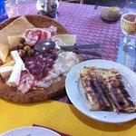 antipasto misto e formaggio alla piastra avvolto nel pane carasau