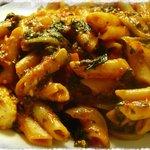Pene Taurus con espinaca, tomate, queso de cabra y gouda