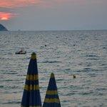 Tramonto sul mare ripreso durante la cena a luglio