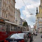 La strada dove è ubicato l'albergo