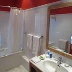 Une salle de bain de bonne taille