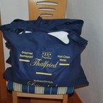 Tasche mit Gratis-Bademantel und Schlappen