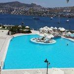 Teras dan havuz ve deniz manzarası