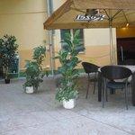 giardino esterno dell'albergo con tavoli di un pub