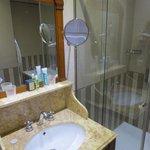 Salle de bains bien équipée