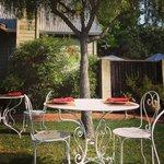 Cafe da manha servido no jardim