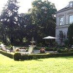 Blick vom Liegestuhl auf das Hotel und Terrasse